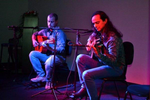 Violonista David Tavares faz belíssima apresentação na Faculdade Guairacá