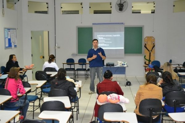 Pedagogia participa de encontro sobre os primeiros socorros na infância