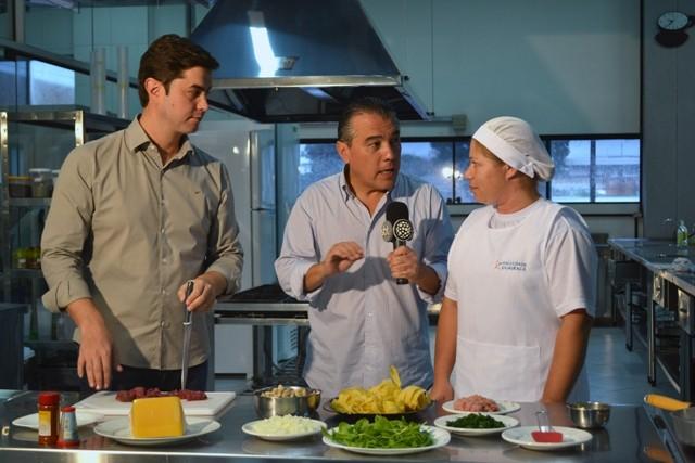 Prefeito de Guarapuava concede entrevista na cozinha escola da Guairacá