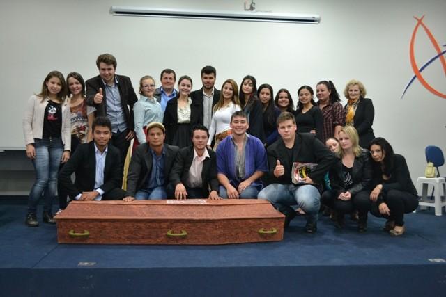 Alunos do Colégio Mario Evaldo Morski fazem apresentação teatral na Guairacá