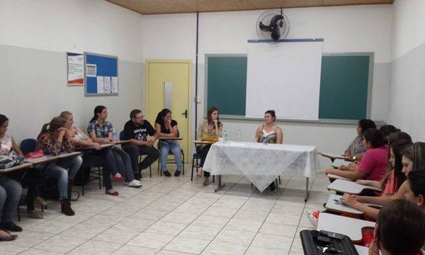 Projeto de Serviço Social discute teoria e prática profissional