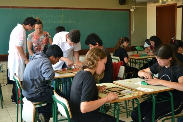 Acadêmicos de Matemática realizam oficinas em colégio estadual no Guará