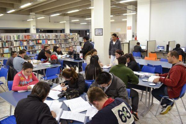 Acadêmicos de Gastronomia participam de projeto de incentivo à leitura e pesquisa