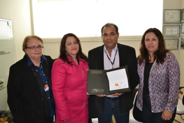 Faculdade Guairacá recebe selo comemorativo dos 10 anos da instituição