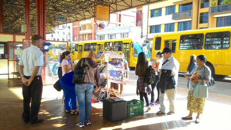 Campanha de incentivo à leitura distribui quase 300 livros no Terminal da Fonte