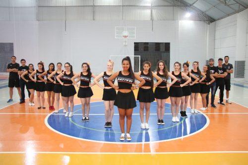 Cheerleaders Natives: estudantes se divertem em torcida organizada