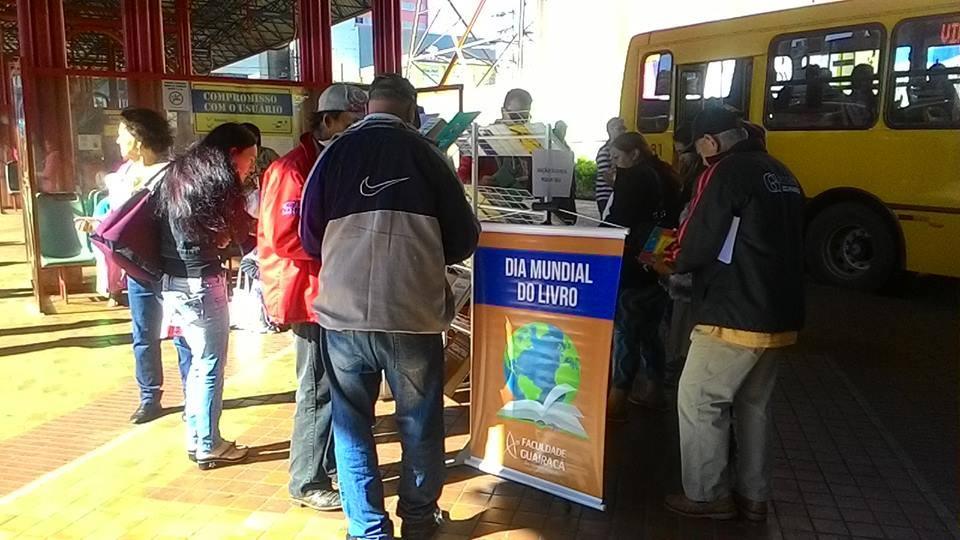Dia Mundial do Livro é celebrado com distribuição gratuita de livros em Guarapuava