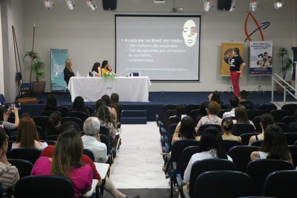 Violência contra a mulher pauta debate na Faculdade Guairacá