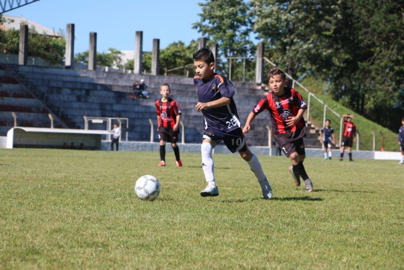 Olheiros do Athletico Paranaense buscam jovens talentos na Escola de Futebol Guairacá
