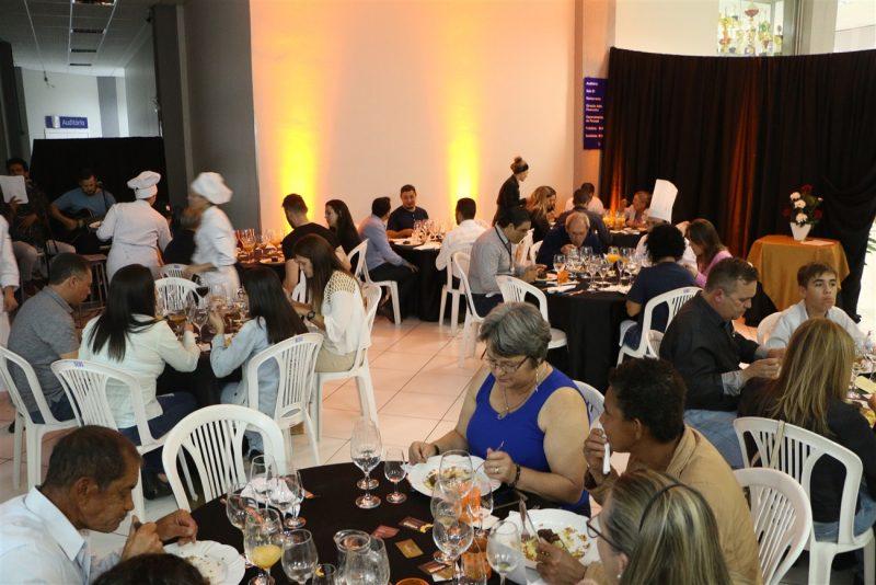 Acadêmicos de Gastronomia da Guairacá preparam jantar para familiares