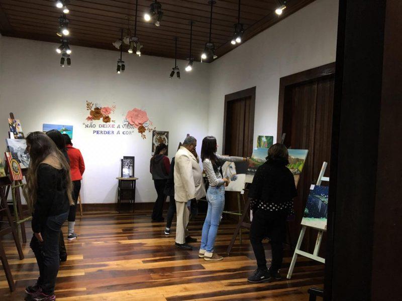 Acadêmica de Pedagogia da Guairacá realiza sua primeira exposição de artes plásticas