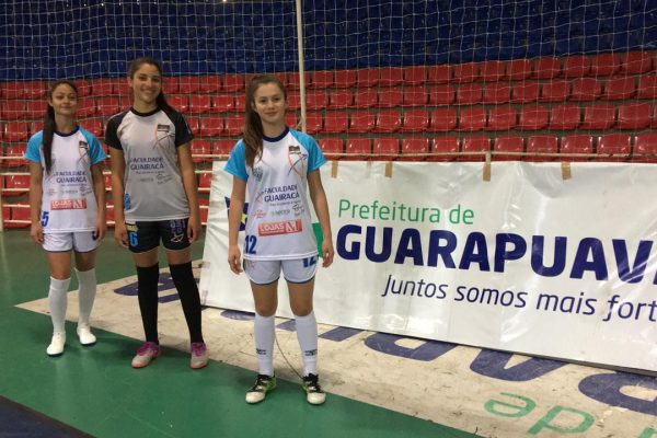 Equipe de futsal feminino da Guairacá recebe novo uniforme para disputas do semestre