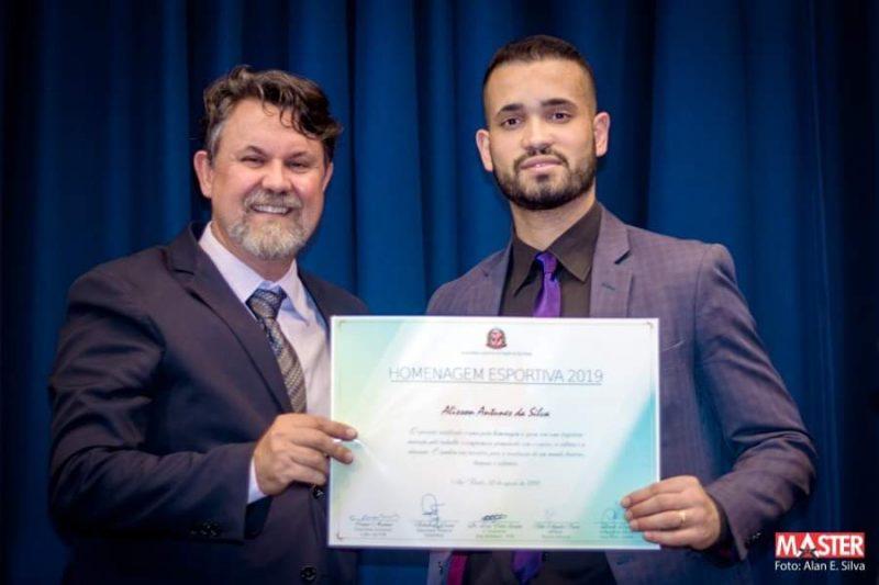 Professor da Faculdade Guairacá recebe homenagem pela sua contribuição ao esporte