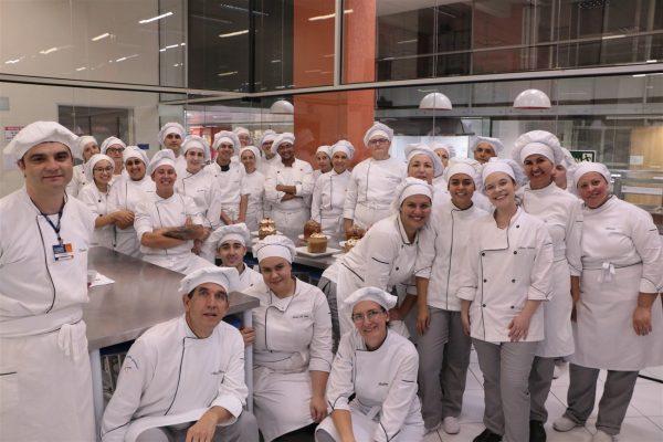 Acadêmicos de Gastronomia da Guairacá preparam panetones em aula prática
