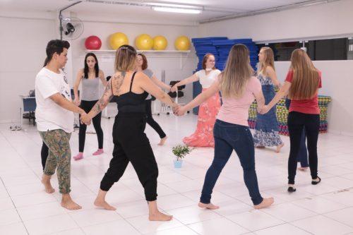Acadêmicos de Estética e Cosmética da Guairacá aprendem mais sobre danças circulares