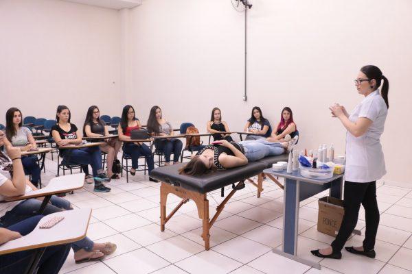 Acadêmicas de Estética da Guairacá recebem demonstração de produtos dermocosméticos