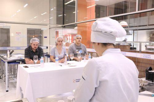 Acadêmicos de Gastronomia da Guairacá são avaliados em banca