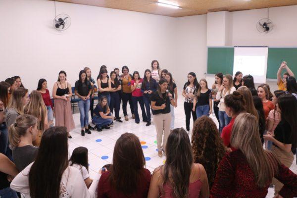 Acadêmicas de Estética e Cosmética da Guairacá participam de workshop de comunicação
