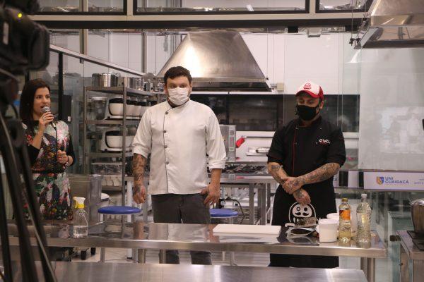 Gastronomia da UniGuairacá promove aula show de cozinha asiática
