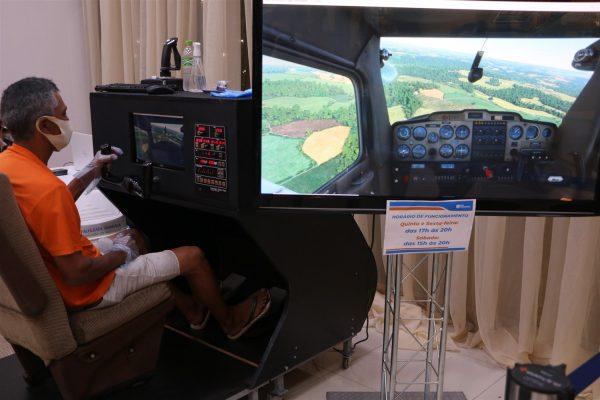 Você no comando: público 'pilota' avião em simulador de voo da UniGuairacá