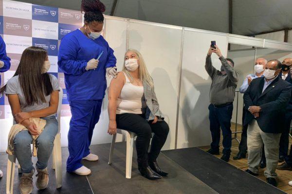 Ex-docente da UniGuairacá, Sueli Martins Ribeiro é a primeira guarapuavana a ser vacinada